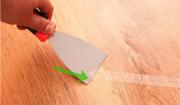 Làm thế nào để loại bỏ chất kết dính từ một sàn gỗ