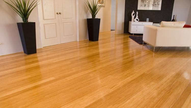 Sàn gỗ tầm trung với tone màu sáng.