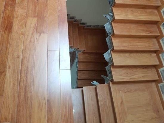 sàn gỗ gõ đỏ làm cầu thang